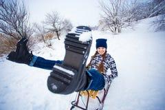 La mujer loca disfruta de un paseo del trineo El sledding de la mujer Imagen de archivo