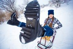 La mujer loca disfruta de un paseo del trineo El sledding de la mujer Fotografía de archivo
