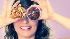La mujer loca sonriente sostiene las tortas disponibles Imagen de archivo