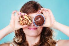 La mujer loca sonriente sostiene las tortas disponibles Imágenes de archivo libres de regalías