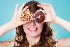 La mujer loca sonriente sostiene las tortas disponibles Fotografía de archivo libre de regalías