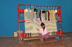 La mujer local teje una alfombra a mano en Antalya, Turquía Imágenes de archivo libres de regalías