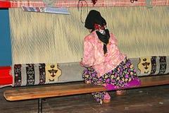 La mujer local teje una alfombra a mano en Antalya, Turquía Foto de archivo