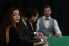 La mujer más afortunada en el fondo de los jugadores en el casino foto de archivo libre de regalías