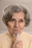 La mujer madura derriba enfermedad un frío Imagenes de archivo