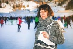 La mujer madura feliz celebra patines en la pista de hielo de Medeo Fotografía de archivo