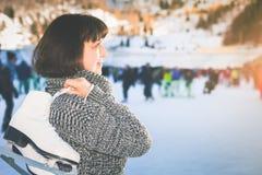 La mujer madura feliz celebra patines en la pista de hielo de Medeo Fotos de archivo