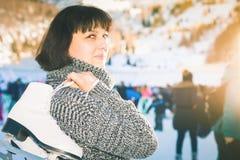 La mujer madura feliz celebra patines en la pista de hielo de Medeo Foto de archivo libre de regalías