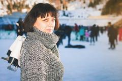 La mujer madura feliz celebra patines en la pista de hielo de Medeo Imágenes de archivo libres de regalías