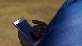 La mujer madura hojea Internet con el uso del smartphone móvil metrajes