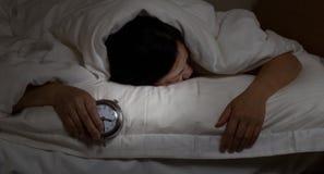 La mujer madura no puede dormir en la noche Foto de archivo