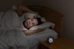 La mujer madura no puede dormir en la noche Foto de archivo libre de regalías