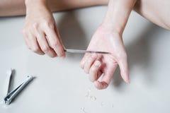 La mujer Manicures las uñas de los ficheros fotografía de archivo libre de regalías