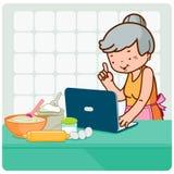 La mujer mayor busca recetas en línea Imagen de archivo