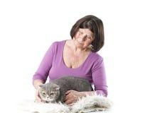 La mujer mayor con un escocés de la raza del gato dobla Fotos de archivo libres de regalías