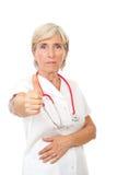 La mujer mayor del doctor da el pulgar para arriba Imagen de archivo libre de regalías