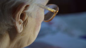 La mujer mayor está leyendo un libro metrajes