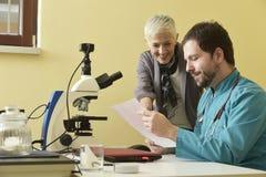 La mujer mayor feliz con resultados del laboratorio, consulta con su doctor imagen de archivo