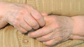 La mujer mayor hace masajes sus de manos metrajes