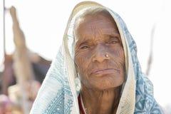 La mujer mayor india se incorpora en el ghat cerca del río Ganges en la ciudad santa de Rishikesh, la India, cierre imágenes de archivo libres de regalías