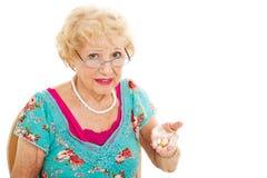 La mujer mayor odia tomar píldoras Fotos de archivo