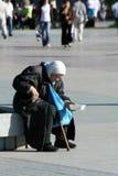 La mujer mayor pobre. Fotografía de archivo
