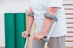 La mujer mayor que camina con friega Imagen de archivo libre de regalías
