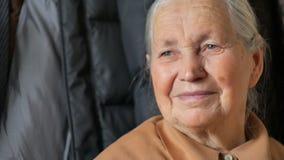 La mujer mayor que piensa, alegría aguarda almacen de metraje de vídeo