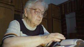 La mujer mayor que trabaja con los documentos metrajes