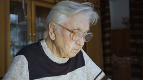 La mujer mayor que trabaja con los documentos almacen de metraje de vídeo