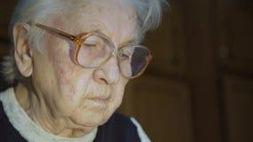 La mujer mayor que trabaja con los documentos Clous-up almacen de metraje de vídeo