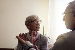 La mujer mayor se preocupó de su tensión arterial alta de los maridos imágenes de archivo libres de regalías