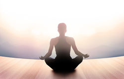 La mujer meditaba por mañana y rayos de la luz en paisaje Imagen de archivo
