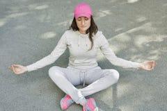 La mujer meditating Imagen de archivo