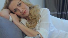 La mujer miente en la almohada en casa almacen de metraje de vídeo