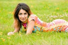 La mujer miente en una hierba imagen de archivo libre de regalías