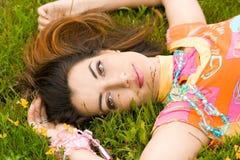 La mujer miente en una hierba en el campo foto de archivo libre de regalías