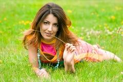 La mujer miente en una hierba en el campo fotos de archivo libres de regalías