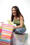 La mujer mira con compras Imagenes de archivo