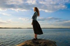 La mujer mira el horizonte Imagenes de archivo