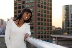 La mujer mira el horizonte Ella lleva un vestido blanco y ella es b Fotografía de archivo libre de regalías