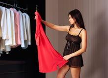 La mujer mira en el vestido rojo Imagen de archivo libre de regalías