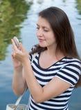 La mujer mira en espejo imagen de archivo libre de regalías
