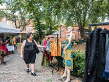 La mujer mira los vestidos el mercado de las coles y de los vestidos en St Mary Fotos de archivo