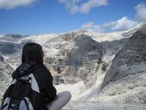 La mujer mira paisaje de la montaña Fotografía de archivo libre de regalías