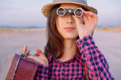 La mujer mira a través de los prismáticos fotos de archivo libres de regalías