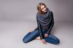 La mujer modelo atractiva hermosa en ropa casual cataloga la colección Fotos de archivo