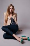 La mujer modelo atractiva hermosa en ropa casual cataloga la colección Imágenes de archivo libres de regalías