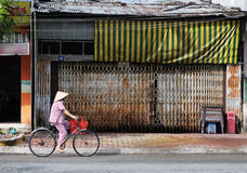 La mujer monta la bicicleta Fotos de archivo