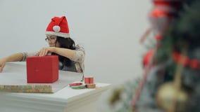 La mujer morena asiática que embala Año Nuevo presenta, decoración dentro almacen de metraje de vídeo